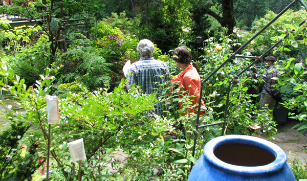 Tour-goers visiting a yard in the 2014 Yard Tour